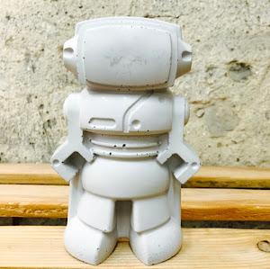 dco en béton avec la figurine en forme de robot geek en béton gris clair