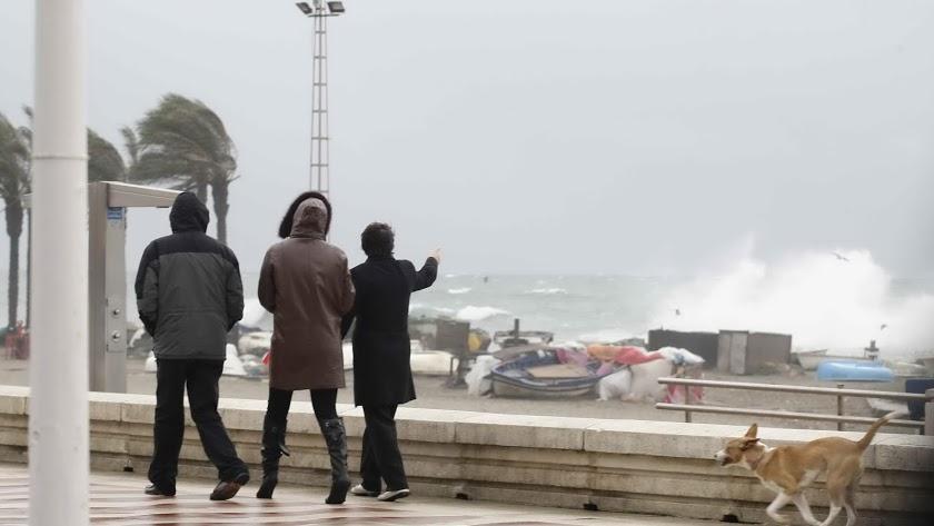 El temporal de viento y de oleaje mantiene a la provincia en aviso.