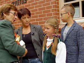Photo: Rambyno reg. parko vyr. kultūrologė Giedrė Skipitienė bendrauja su lietuvninkų dainų jaunąja atlikėja Aurelija Jankauskyte iš Lumpėnų kaimo ir jos šeimos nariais.