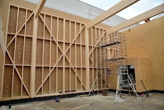 Photo: 08-11-2012 © ervanofoto Er is gisterenavond nog flink doorgewerkt. De vormen van onze showroom zijn nu duidelijk zichtbaar. Rechts in de hoek, de doorgang naar het magazijn. Omwille van de brandveiligheid is dit een open sas.
