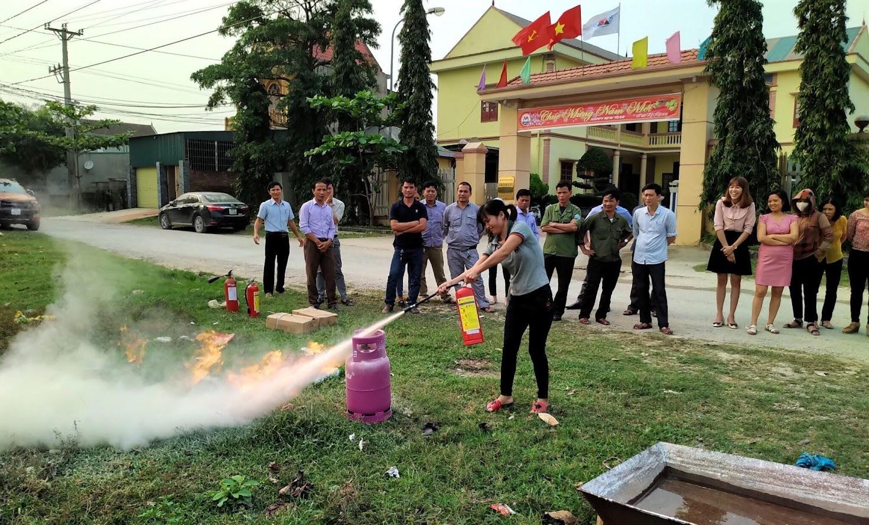 Các học viên thực hành các tình huống về cháy nổ