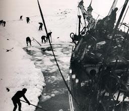 Photo: Cortando el hielo alrededor del barco, 14 febrero 1915.