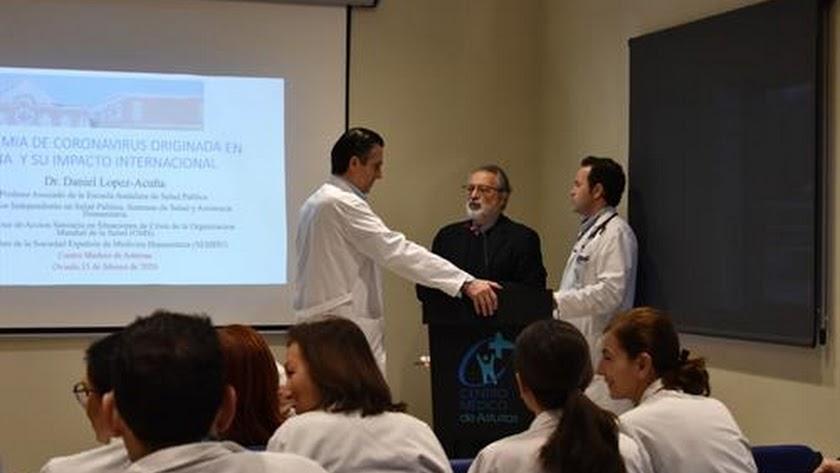 El virólogo Daniel López Acuña, de negro, durante una charla, en una imagen de archivo.