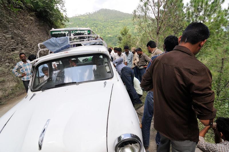 """Photo: Výměna pneu dokáže """"zaměstnat"""" mnoho Indů :)"""