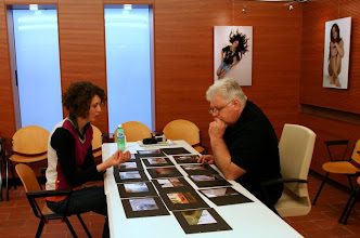 Photo: Tullio FRAGIACOMO legge il portfolio di Francesca MAIO