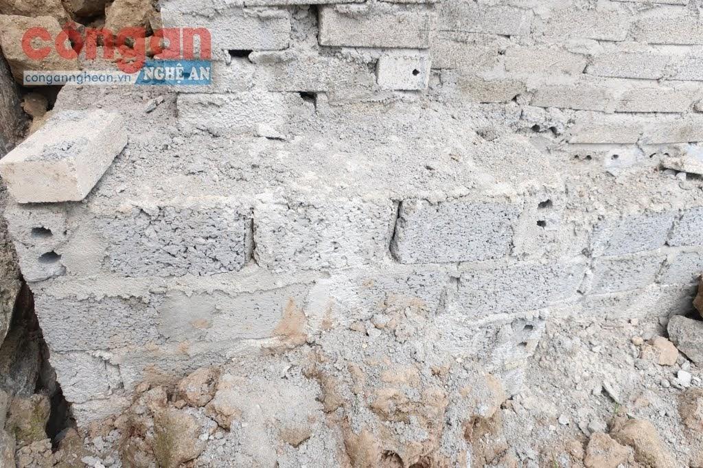 Phần móng được thiết kế                         đóng ván gỗ để đổ bê tông thì bị thay bằng gạch sò