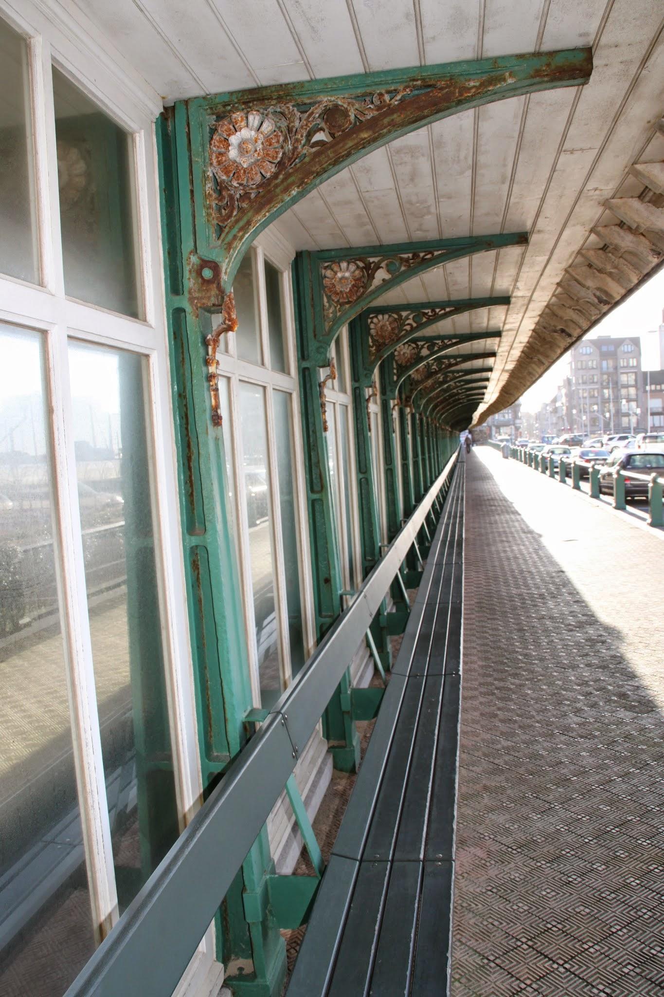 Photo: DeParavangis een bezienswaardigheid Het bouwwerk bestaat uit eenwindschermmet zitbanken, vanwaar men zicht heeft op de jachthaven en het Leopoldpark.