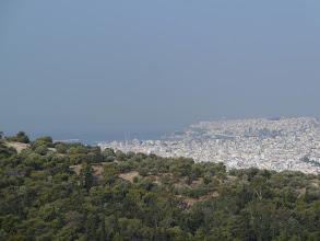 Photo: Au loin, le port du Pirée