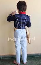 Photo: Jaqueta Infantil Primeiro Reinado do Brasil em crepe e brim com ornamentos e faixa na cintura. Calça Infantil em gabardine cinza. A partir de R$ 150,00.