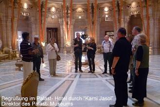 Photo: Die zentrale Empfangshalle unter der gewaltigen Kuppel des Palastes ist heute den Gästen des 5- Sterne- Tai- Hotels vorbehalten. Übernachtung/ Frühstück im Doppelzimmer ab EUR 850,- Foto: Die deutschen Uhrmacher und Ehefrauen werden vom Sekretär des Maharadscha begrüßt.