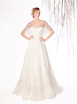 Robe de mariée Emotion, en dentelle fine à fleur et avec des bandes appliquées en dentelle, avec une veste cache-coeur amovible qui couvre les épaules et les bras, esprit moderne et raffiné