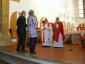 Photo: Přinášení darů nově biřmovanými
