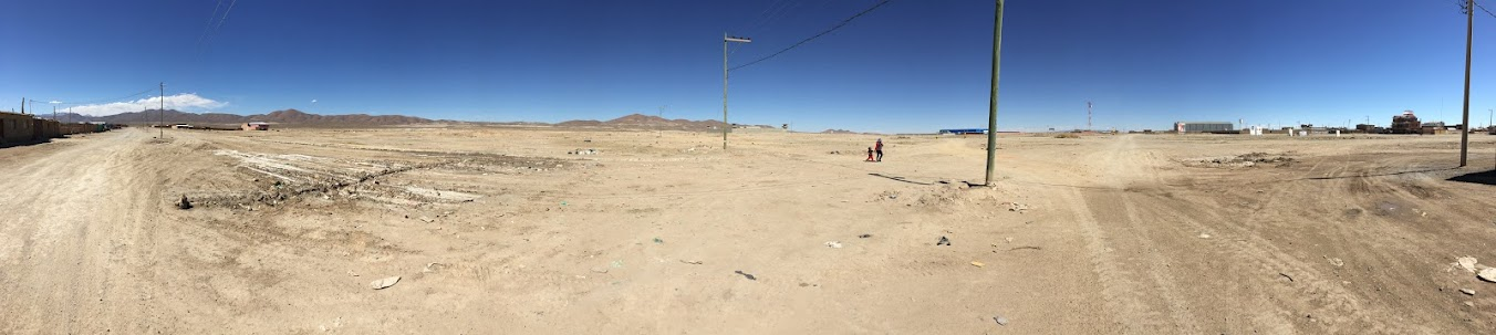 ウユニの街でアンデス山脈を撮影