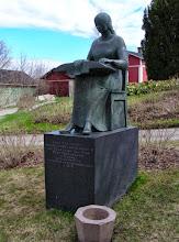 Photo: 016 Pitsinnyplääjän patsas