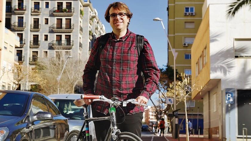 Carlos jurado con su bici en Almería.