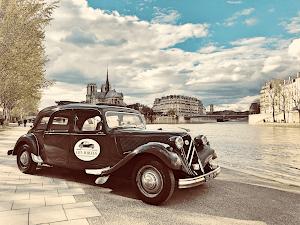 Visite touristique à Paris en voiture de collection