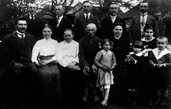 Photo: Stovi iš kairės: Stropai Vladas, Justinas, Kazimieras, Saukalas, Stropus Albinas. Sėdi: Vengalis Kazimieras, Vengalienė (Stroputė) Jecinta, Stropienė Jecinta, Stropus Ignacas (senasis), Saukalienė (Stroputė) Barbora, Stropienė Ieva (fotgrafo žmona). Vaikai iš kairės: Saukalaitė (mirusi Sibire tubrekulioze), Milda ir Algirdas Stropai (fotografo vaikai). 1920 m. Fotografavo Ignacas Stropus. Nuotrauka iš Stanislavos Šimkienės asmeninio archyvo.