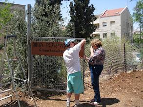 Photo: קביעת שלט בכניסה לגינה. צילום: דנה קפלן-צ'יוידאלי