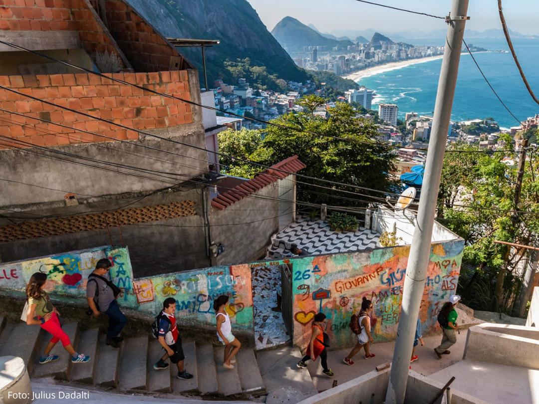 Escadaria no caminho de uma das trilhas do Rio de Janeiro.