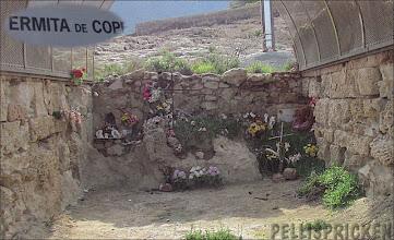 Photo: Eremitgrottan i Cope, en grotta där eremiten levde i avskildhet för att tillbringa sitt liv i bön och avhållsamhet, bevakande kusten vid Cope