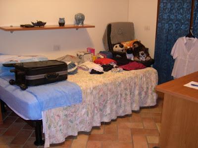 La camera da letto e la valigia di autor86