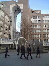 Photo: Duesseldorf to miasto okropnych pomników. Placyk na tyłach Hauptbahnhof