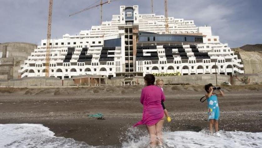 Los ecologistas rechazan convertir El Algarrobico en una residencia para mayores