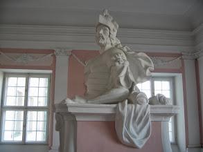Photo: Po obu stronach klatki schodowej dwa posągi. Posąg Marsa z lwem na ramieniu.