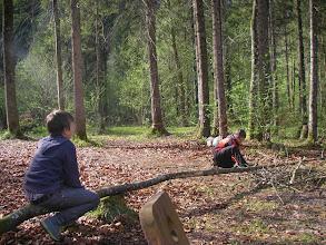Photo: Marc und Julian beim Holzsägen