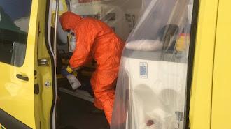 Un operario limpia y desinfecta una ambulancia.