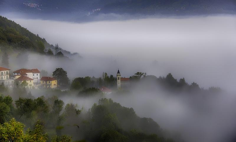 Nebbia che sale dal lago del Brugneto di Gianva