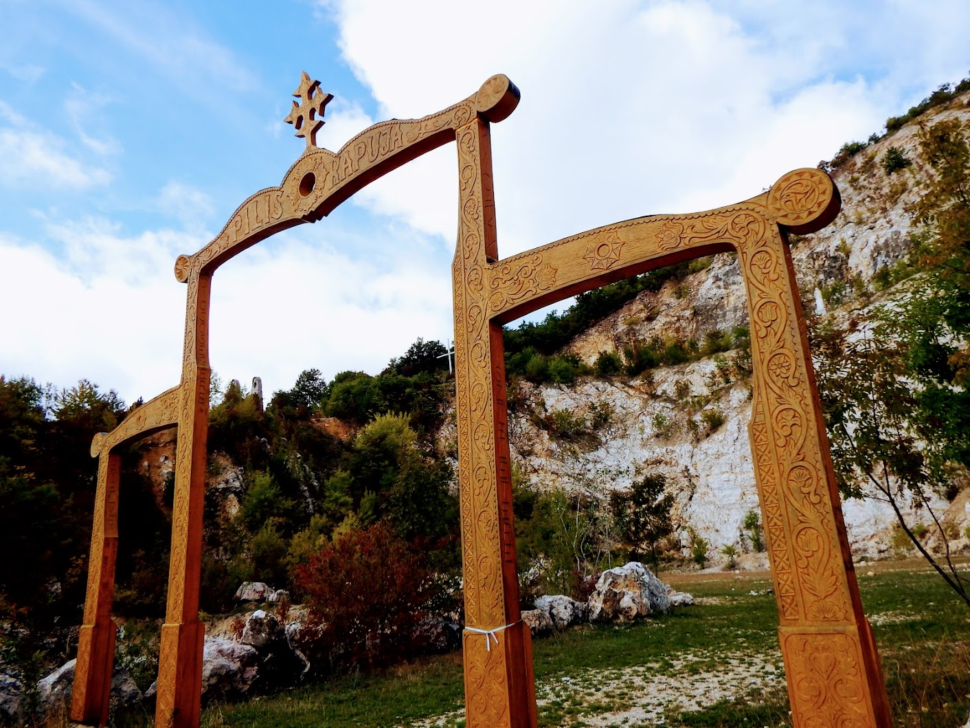 Pilisszántó - Pilis kapuja a sziklaszinház bejáratánál