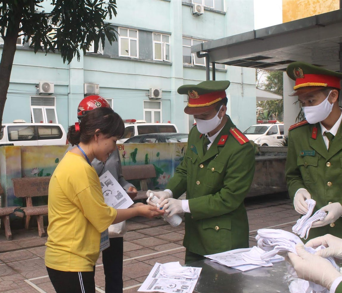 Cán bộ, chiến sỹ, đoàn viên của Đoàn cơ sở  Phòng Cảnh sát PCCC và Cứu nạn cứu hộ phát khẩu trang cho người nhà sản phụ tại Bệnh viện Sản Nhi
