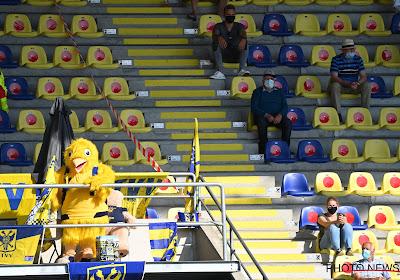 STVV-fans laten ongenoegen blijken met duidelijk spandoek in stadion