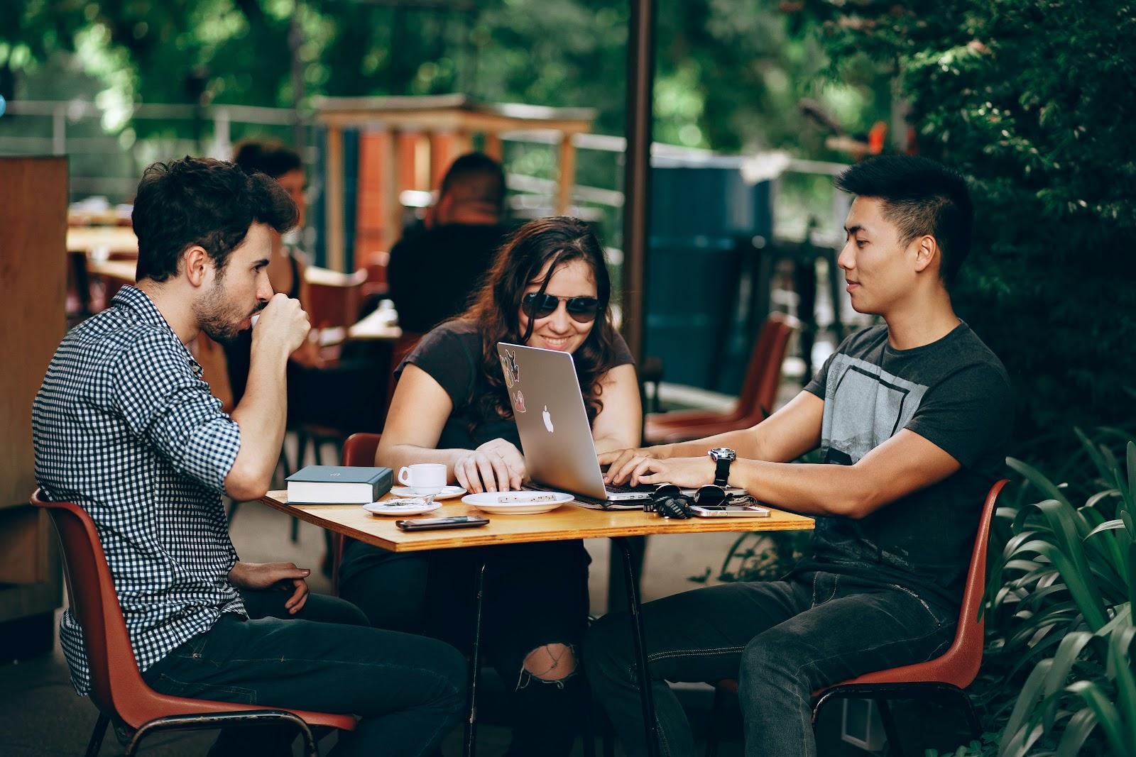 Networking é uma das vantagens para os adeptos do anywhere office! (Fonte:Pexels)