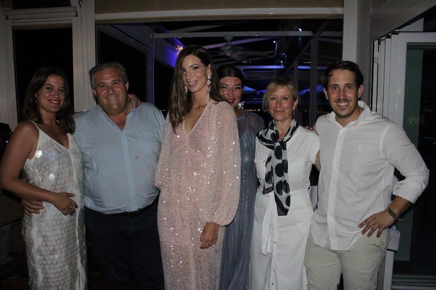 Jara y su madre Glora junto a los propietarios de Maracas.