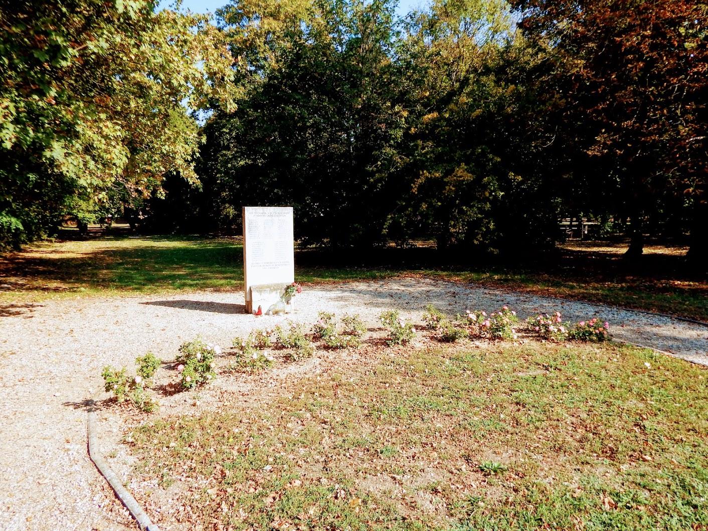 Bük - II. világháborús szovjet emlékmű a templomkertben