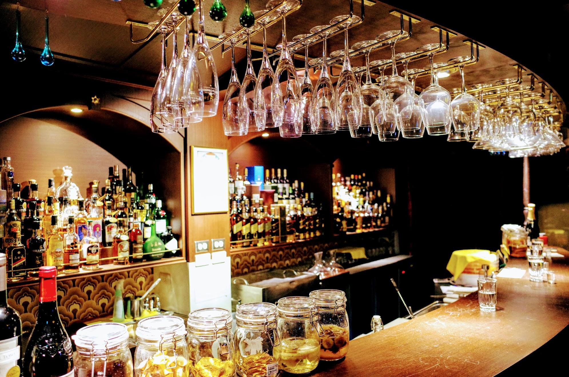 店面一覽,有著許多酒類在Bar枱啊...