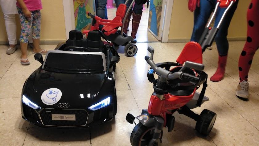 Los tres vehículos de juguete donados al Hospital Torrecárdenas.