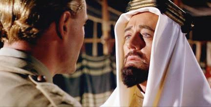 """Photo: Lawrence (Peter O'Toole) encontra o Príncipe Faisal (Alec Guinness) em sua tenda no filme""""Lawrence da Arábia""""."""