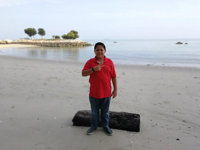 Abang Koning bergambar di pantai selepas sarapan pagi
