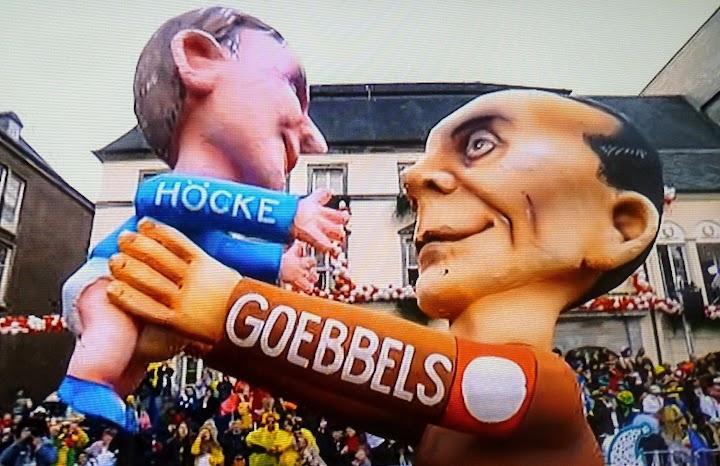 Pappmaché-Skulptur Goebbels und Höcke.