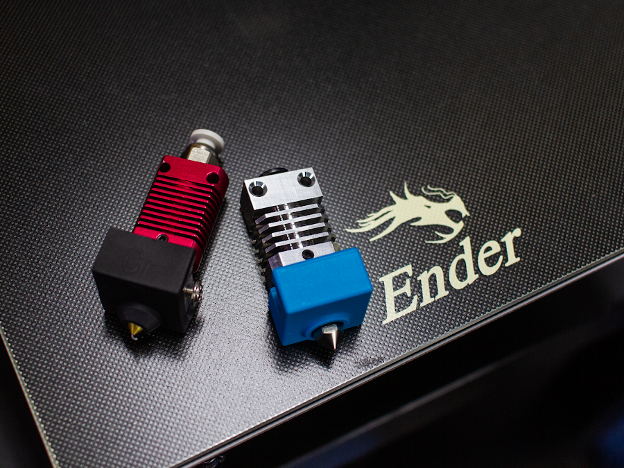 MicroSwiss hotends allow you to 3D print with advanced materials thanks to its all-metal construction, a considerable improvement over the PTFE lined original hotend on the left.