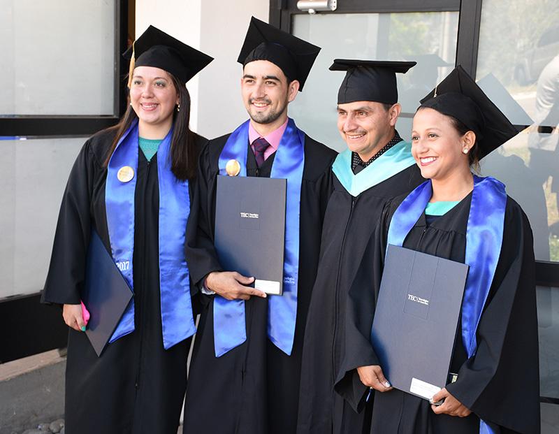 De izquierda a derecha: Estephanía Salazar, Luis Diego Mendez y Johana Gaitán (todos de azul), los tres primeros graduados de la Maestría en Ciencias Forestales. Entre ellos, Róger Moya, coordinador del programa académico. Foto: Ruth Garita/OCM.