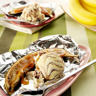 Gebakken bananen van de BBQ met 3 chocolade-ijs