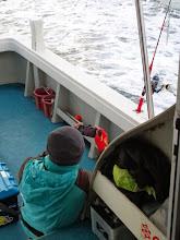 """Photo: 今週もご乗船の""""こいとさん""""。 写真もとって、魚も とるってかーっ! ・・・ウマイっ!船頭さん!"""