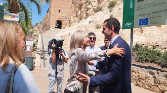 La consejera de Cultura saluda al alcalde de Almería, en el acceso al monumento.
