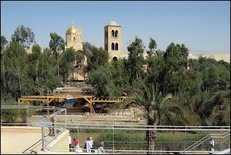 Photo: Наконец мы приехали в приятный христианский оазис. Правда, храм находился уже в Иордании, о чем свидетельствовал флаг. Здесь действительно стало понятно, насколько Израиль маленькая страна.