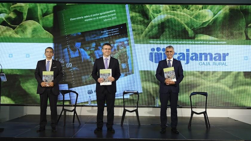 Joaquín Maudos, Eduardo Baamonde y Roberto García posan con la publicación.