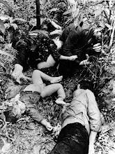 Photo: BÊN THẮNG CUỘC - HUY ĐỨC                              Mặc dù đã trốn dưới mương, số phận nghiệt ngã đã không buông tha gia đình xấu số người miền Nam này. Gia đình người mẹ tương lai trẻ này đang chờ đợi 1 hài nhi ra đời thì đã bị bộ đội cộng sản Bắc Việt tàn sát cùng với cả làng của mình ở Thừa Thiên Huế. Ghi chú: Dù không thấy dây trói ở cận cảnh của cô gái nhưng dấu vết bị trói rất rõ ràng ở phần dưới của tấm hình, và bụng của cô ta đã bị rạch lòi ruột. Nguồn: Viện Nghiên Cứu Á Châu - Đại Học Texas  http://www.vietnam.ttu.edu/virtualarchive/items.php?item=va003795  Though hidden in a ditch, escape was denied this South Vietnamese family. With her offering around, an unidentified mother awaited the end. The incident occurred when NVA soldiers massacred civilians in a village in Huong Tra district, Thua Thien province. Note: Position of girl in foreground though no cords were found, marks on hands at bottom of photo, and slashed stomach.